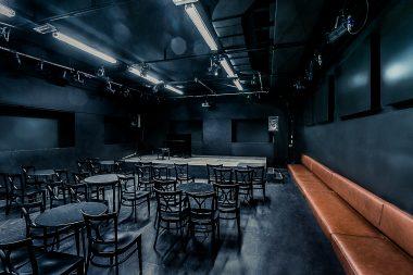 Zuschauerraum mit leeren Sesseln in HAUS DREI