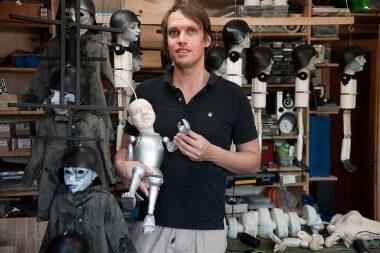 Puppenbauer Michael Pietsch in seiner Werkstatt