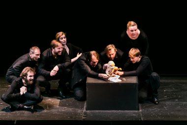 Geburt Merlin mit Schauspielern in schwarzen Kleidern