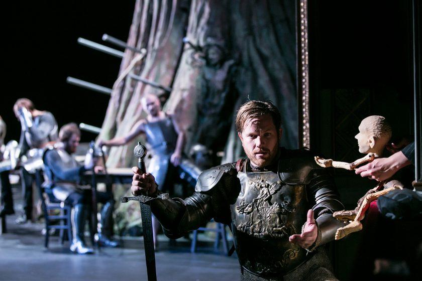 König Artus mit Puppe Merlin vor der Tafelrunde