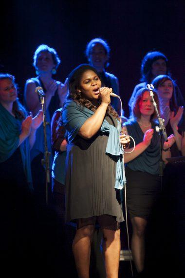 Frauen aus dem Chor Sosamma, eine singt Solo