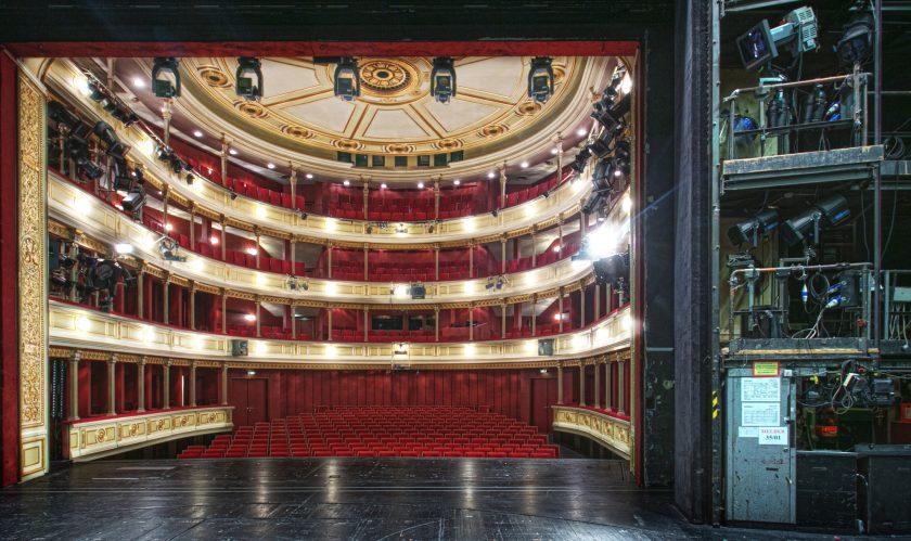 Das HAUS EINS mit der Sicht von der Bühne, rechts sind Scheinwerfer und Elektronik zu sehen, links der Zuschauerraum