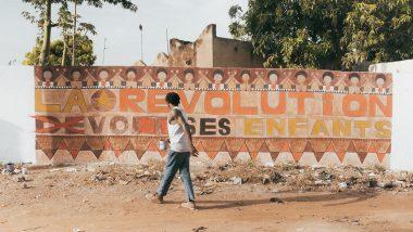 """Titel """"Die Revolution frisst ihre Kinder!"""", gemalt von dem burkinischen Künstler Wilfried de Paul (c) Schauspielhaus Graz _ Jennifer Weiss"""
