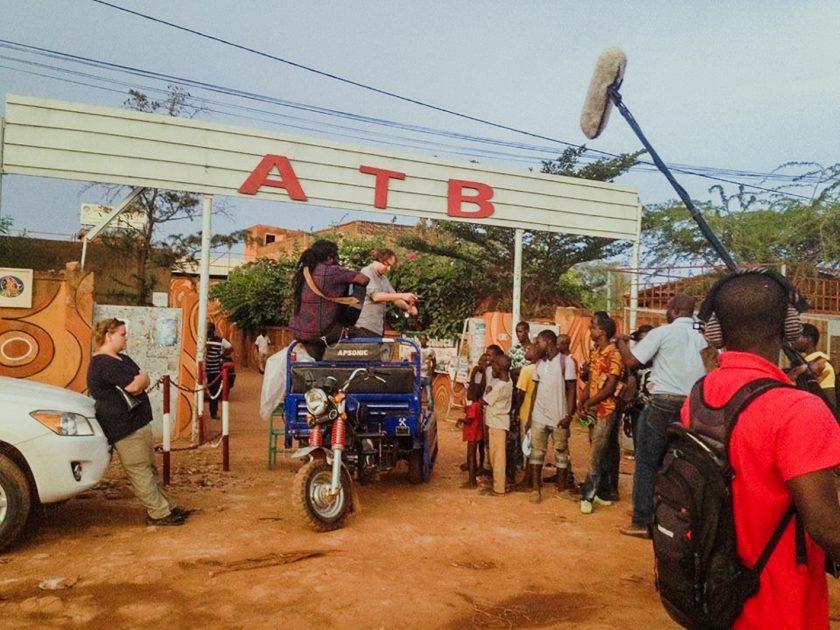 "Vor dem Atelier-Théâtre Burkinabé in Ouagadougou, kurz vor dem Festival ""Récréatrales"", mit der Produktion ""Die Revolution frisst ihre Kinder!"" (c) Schauspielhaus Graz"